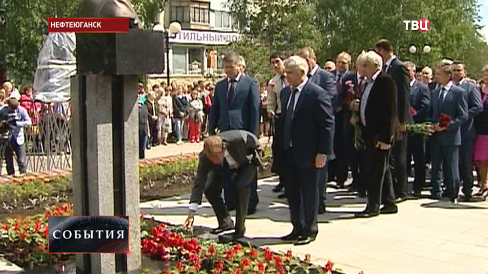 Возложение цветов к памятнику мэру Нефтеюганска Владимиру Петухову