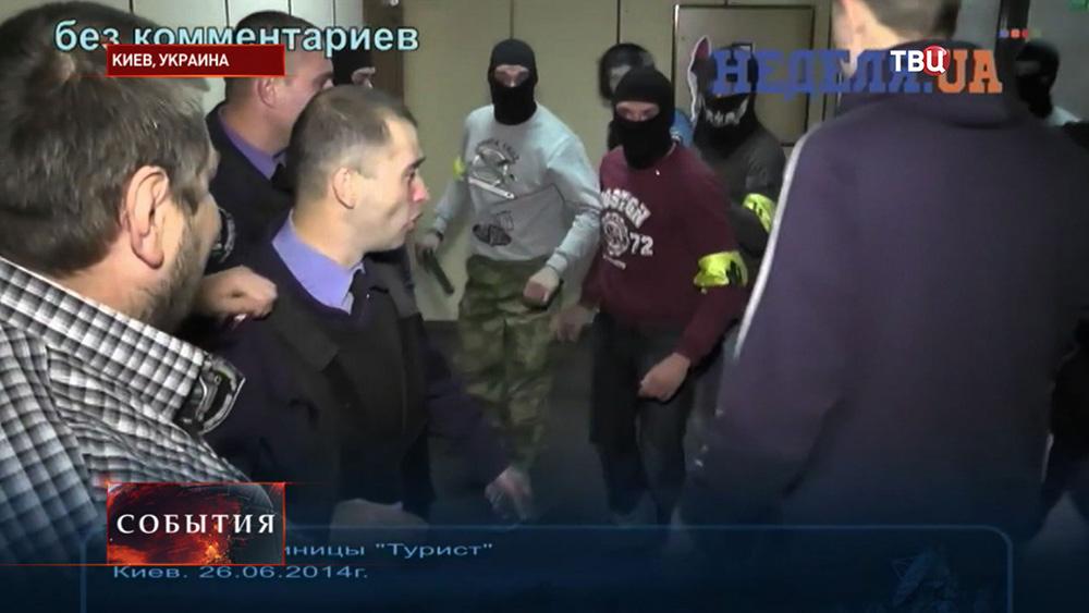 """Бойцы """"Правого сектора"""" штурмуют здание гостиницы """"Турист"""" в Киеве"""