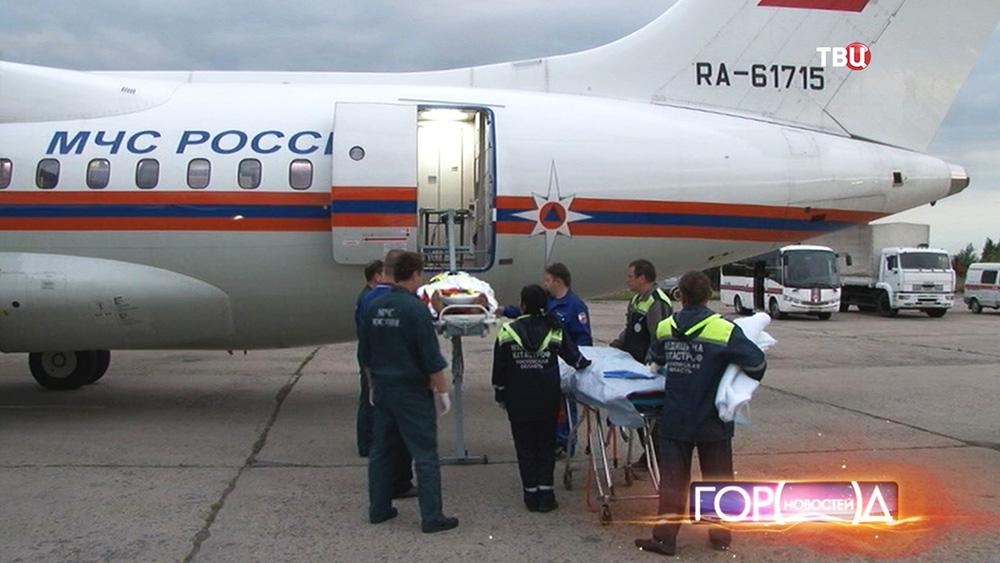 Врачи и спасатели возле самолета МЧС