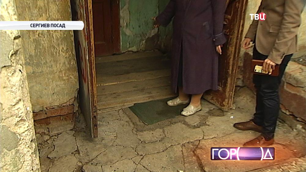 Подъезд ветхого дома в Сергиевом Посаде
