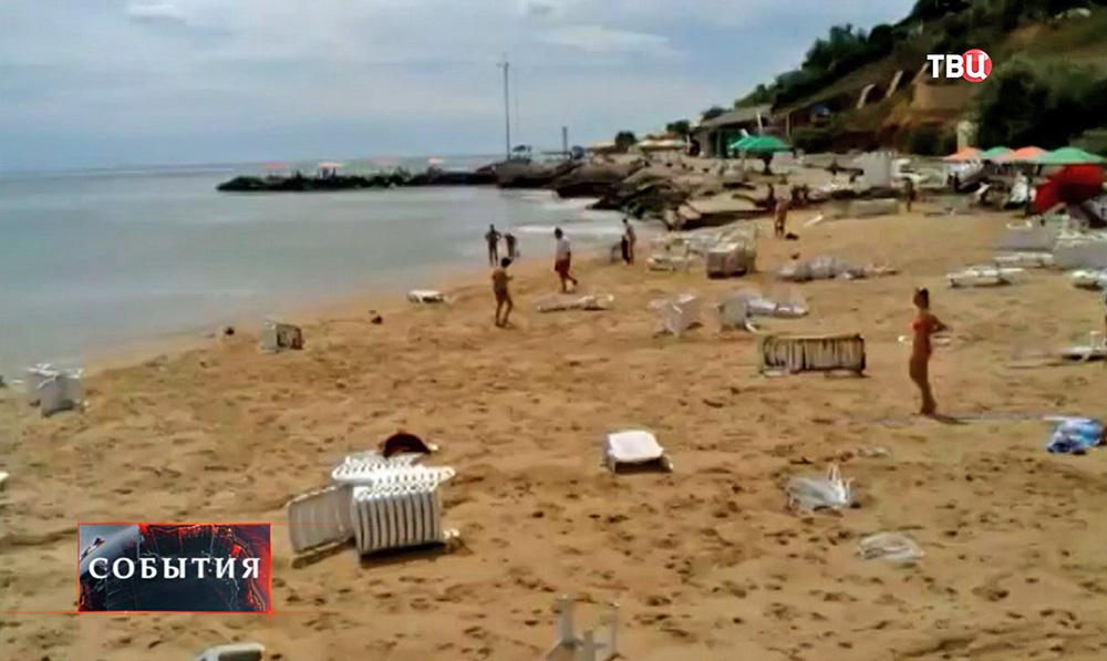 Последствия удара волны на пляже в Одессе