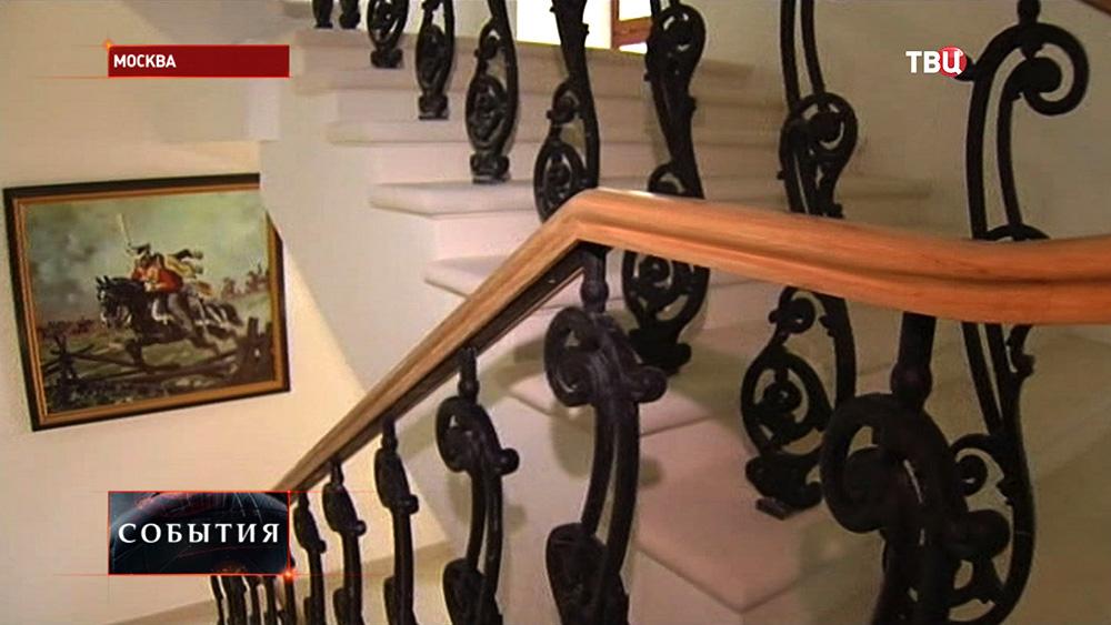 Поручни лестницы в здании оранжереи Екатерининского дворца в Лефортово после реконструкции