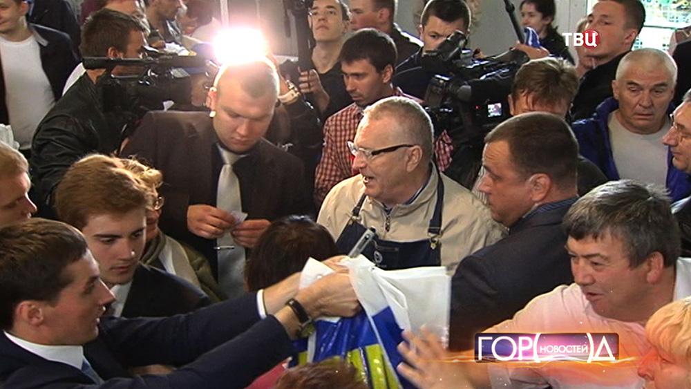 Владимир Жириновский продаёт клубникуна рынке
