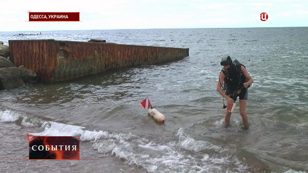 Дайвер на берегу моря в Одессе