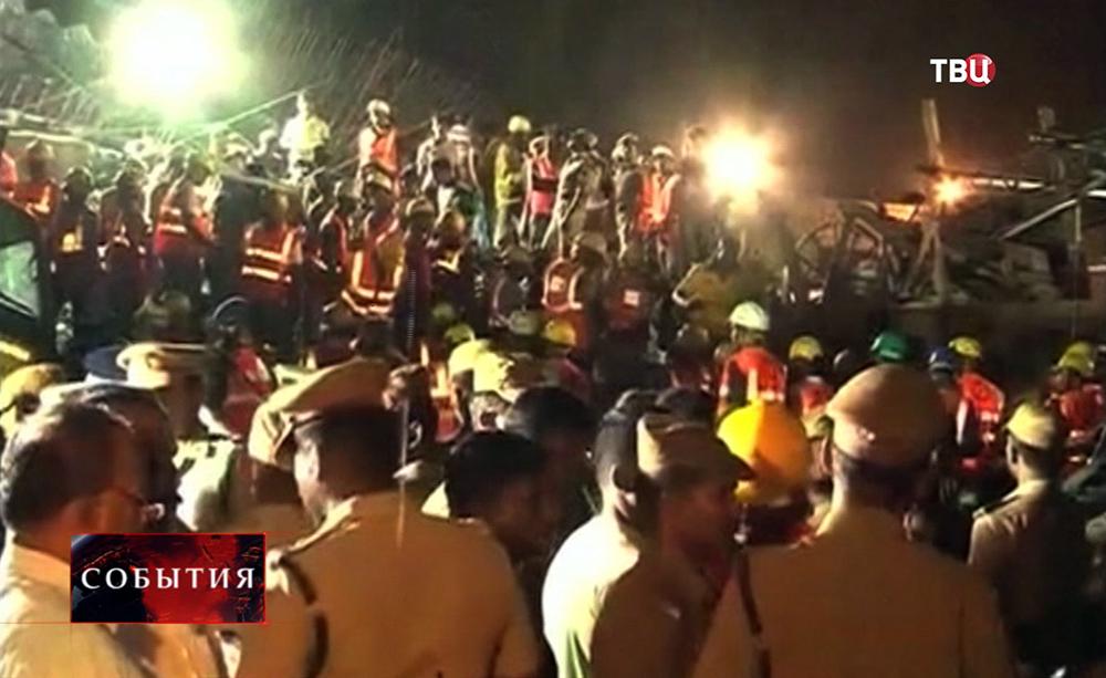 Спасатели на месте обрушения дома в Индии