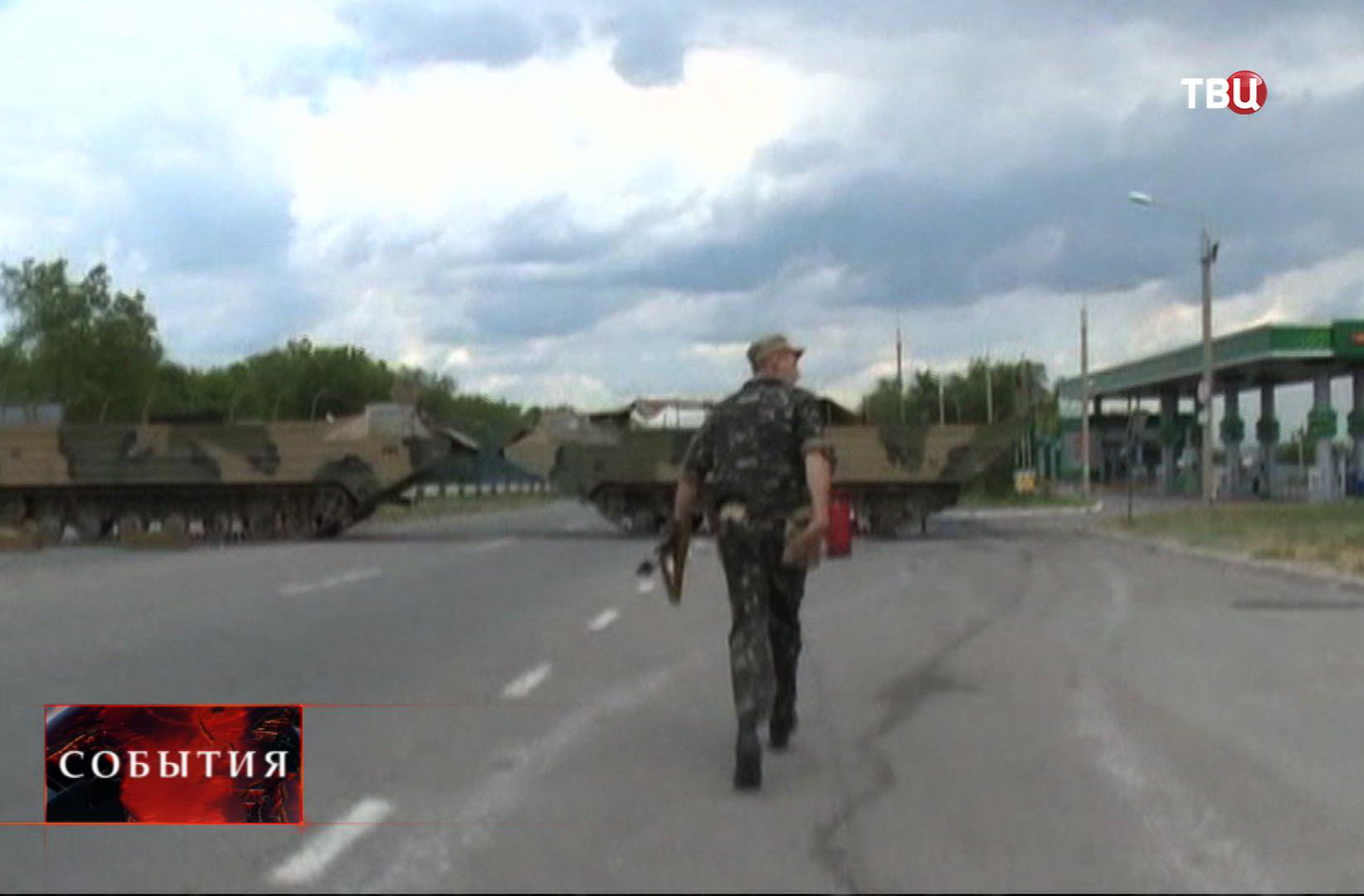 Боец народного ополчения во время боя под Луганском
