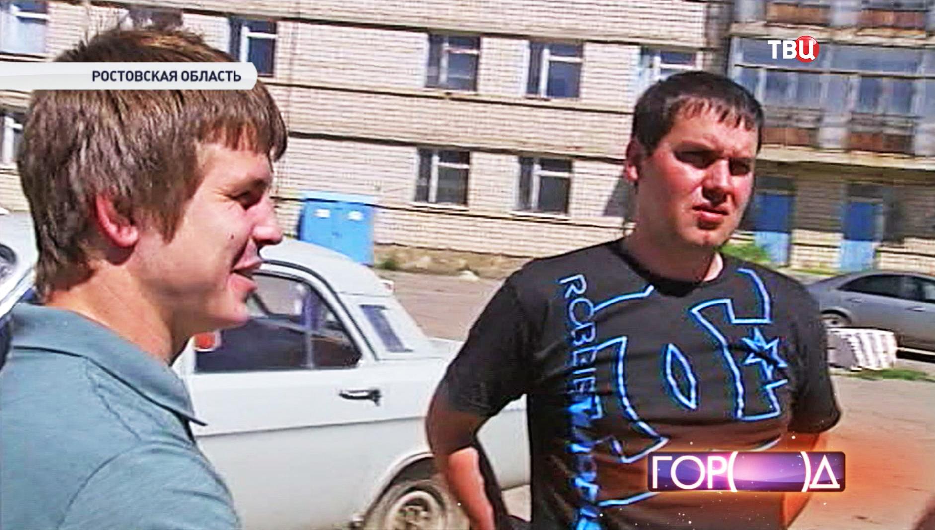Телеоператор Константин Юдин и специальный корреспондент РЕН ТВ Денис Кулага (слева направо) в Ростовской области