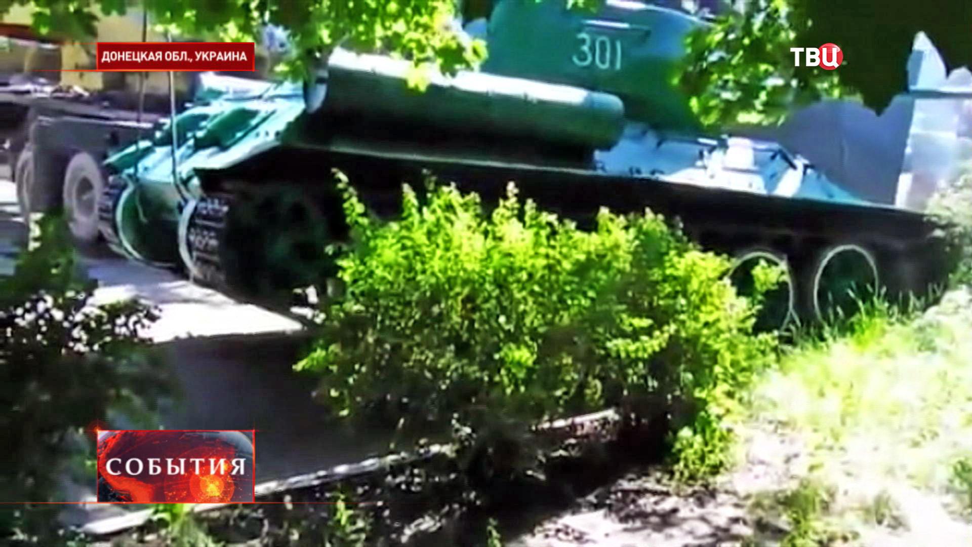 Снятие с постамента танка Т-34 в Донецкой области