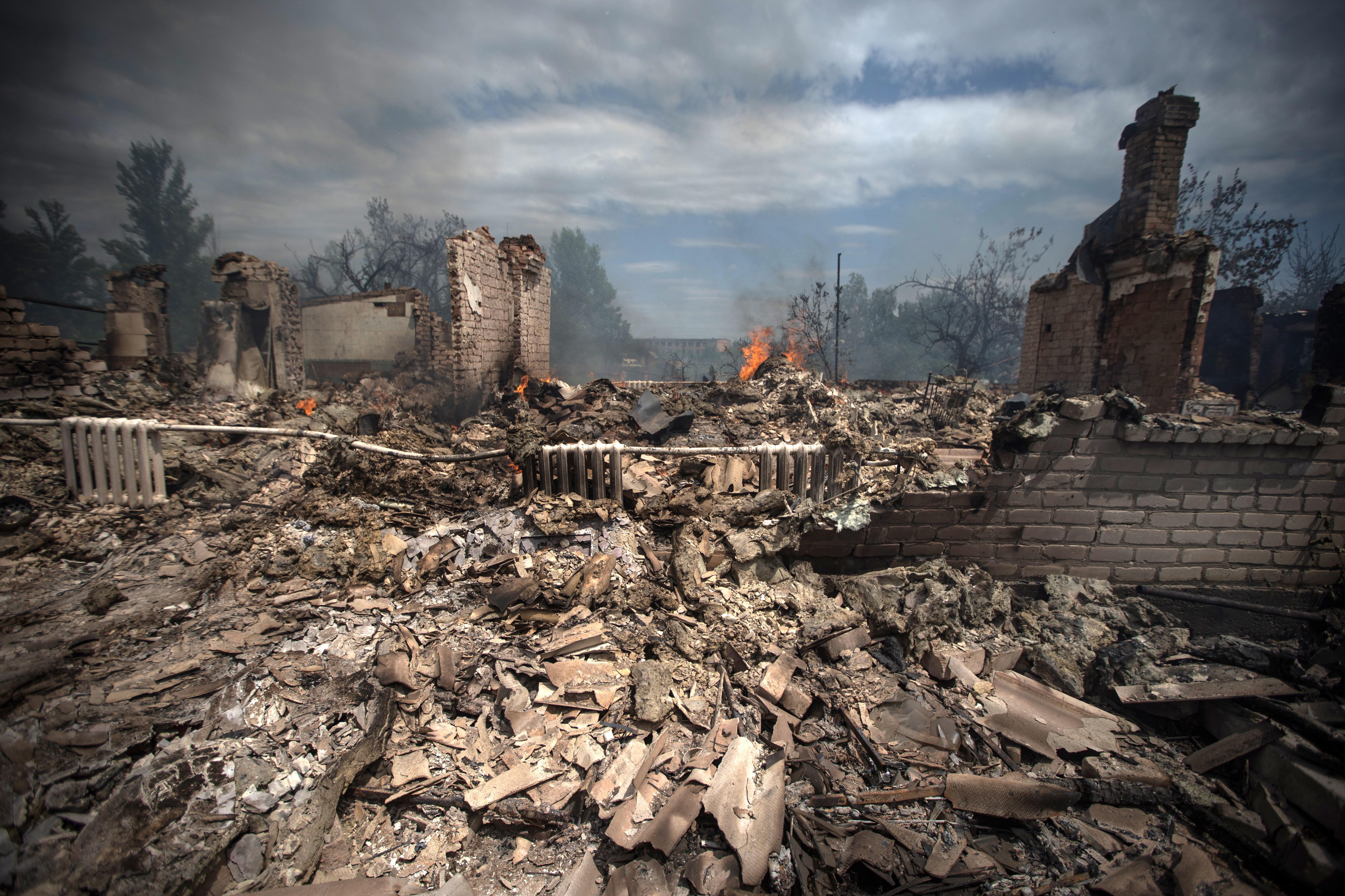 Последствия авиаудара станицы Луганская