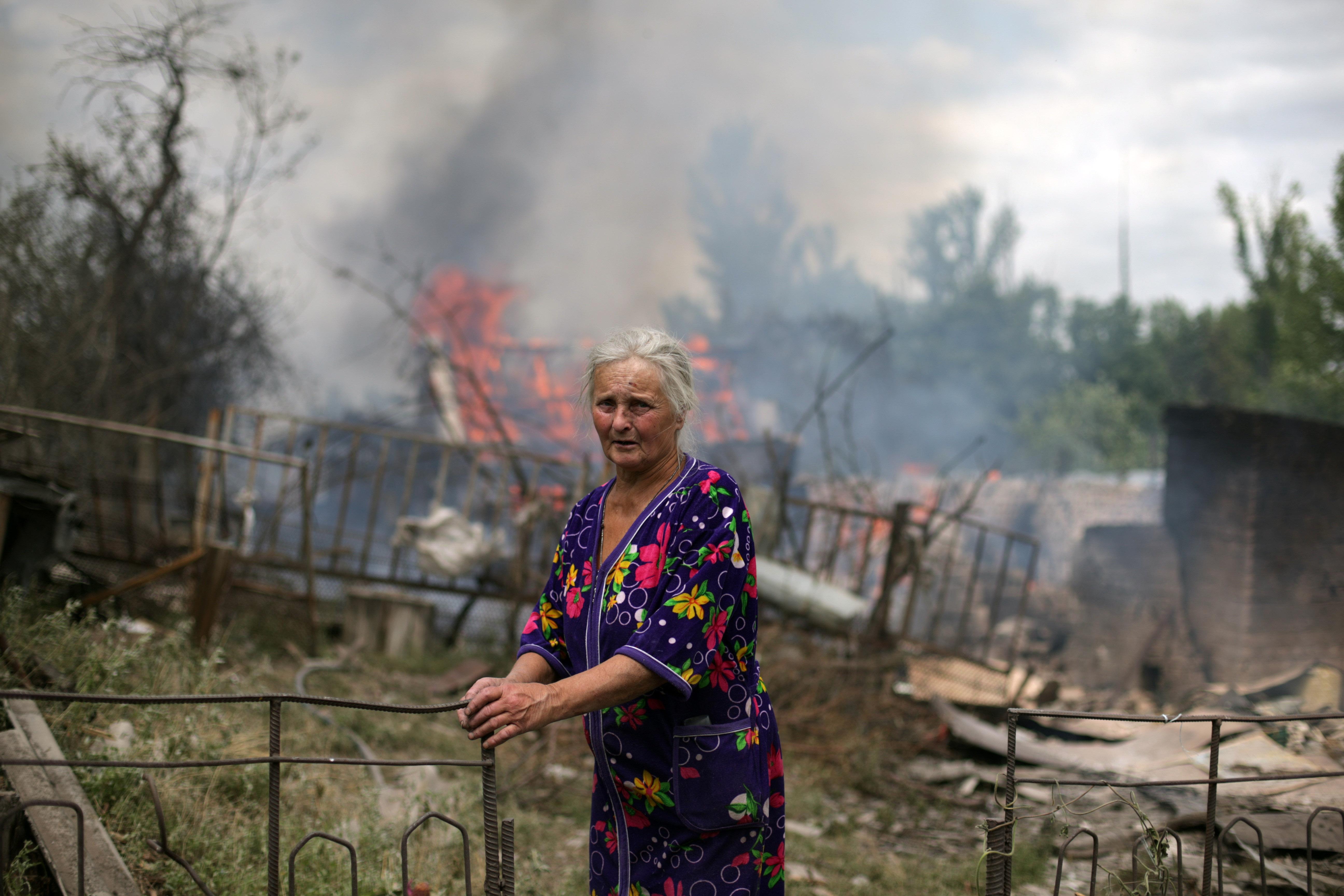 Местная жительница у разрушенного дома в станице Луганская после авиаудара