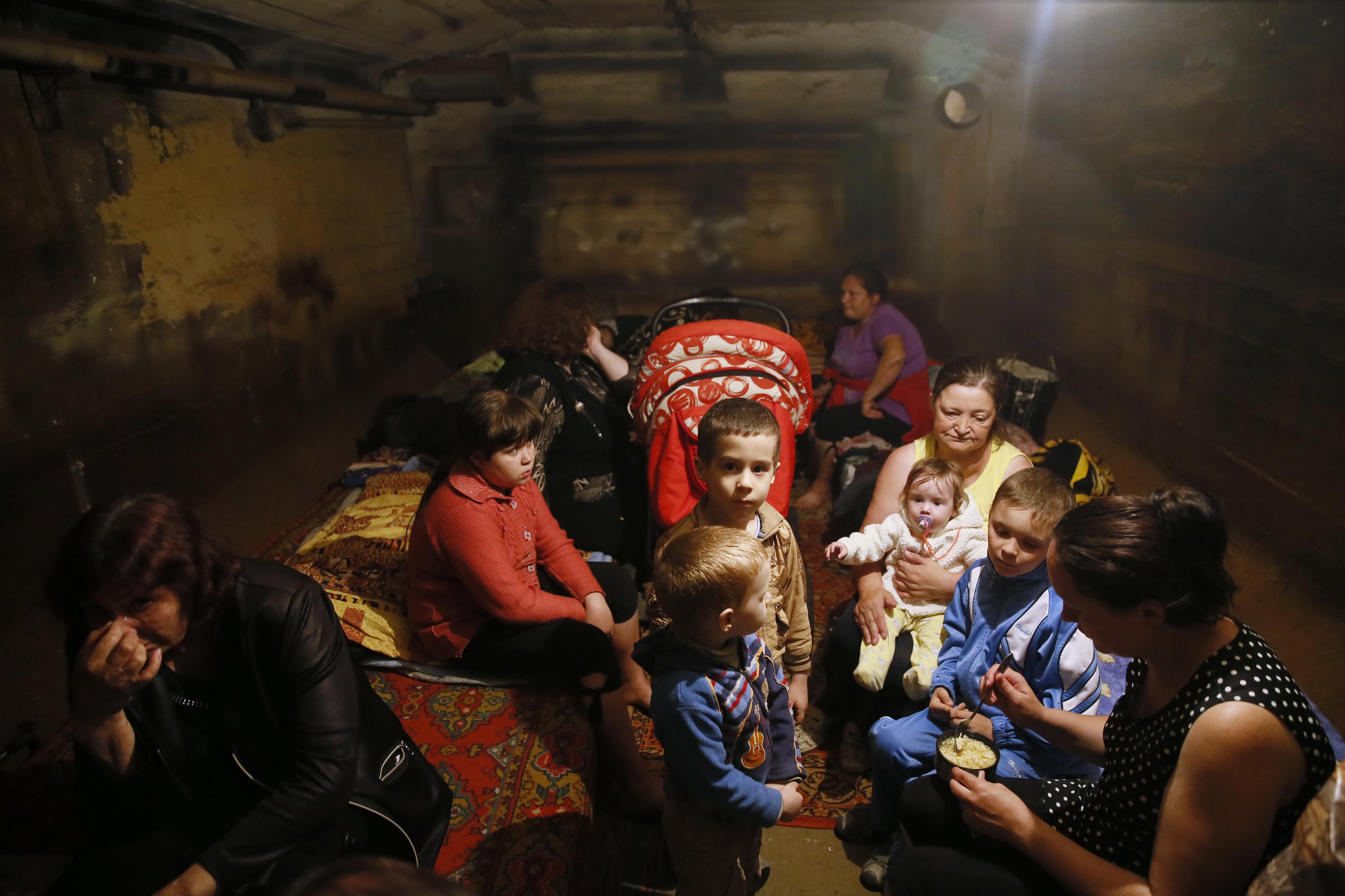 Жители Краматорска прячутся в бомбоубежище