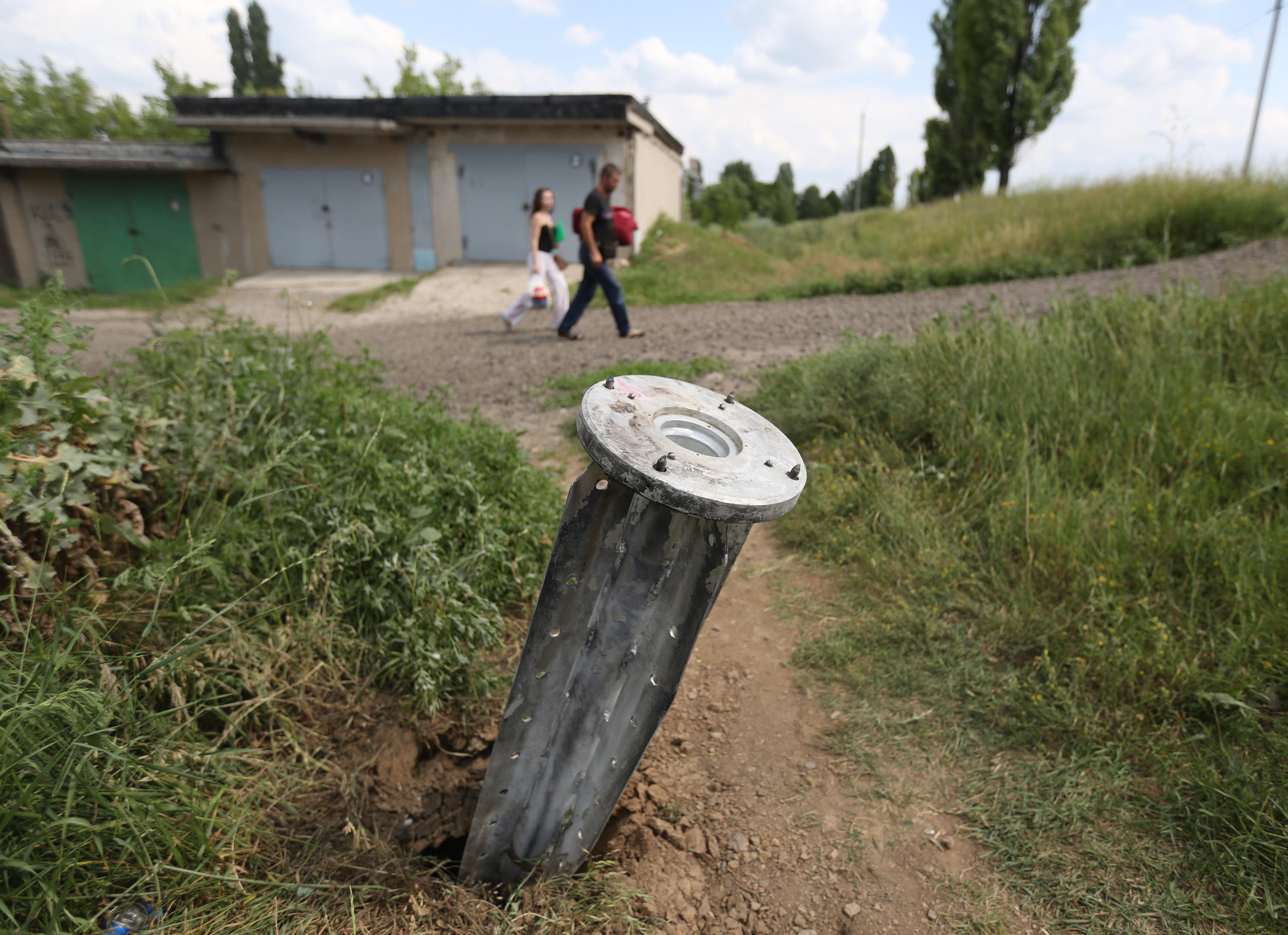 Фрагмент неразорвавшегося реактивного снаряда в пригороде Краматорска
