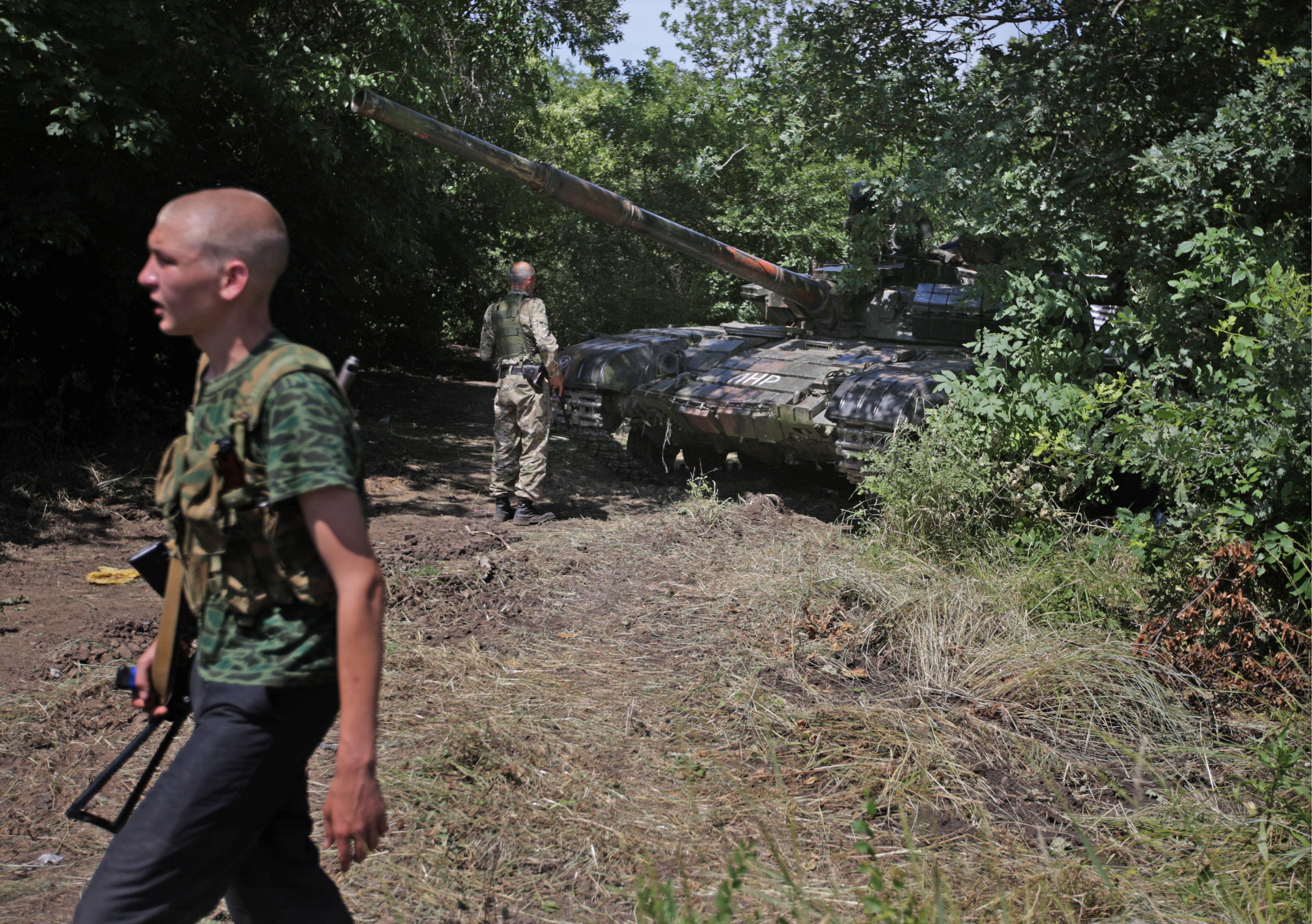 Танк Т-64 и бойцы ополчения в районе блокпоста у поселка Металлист