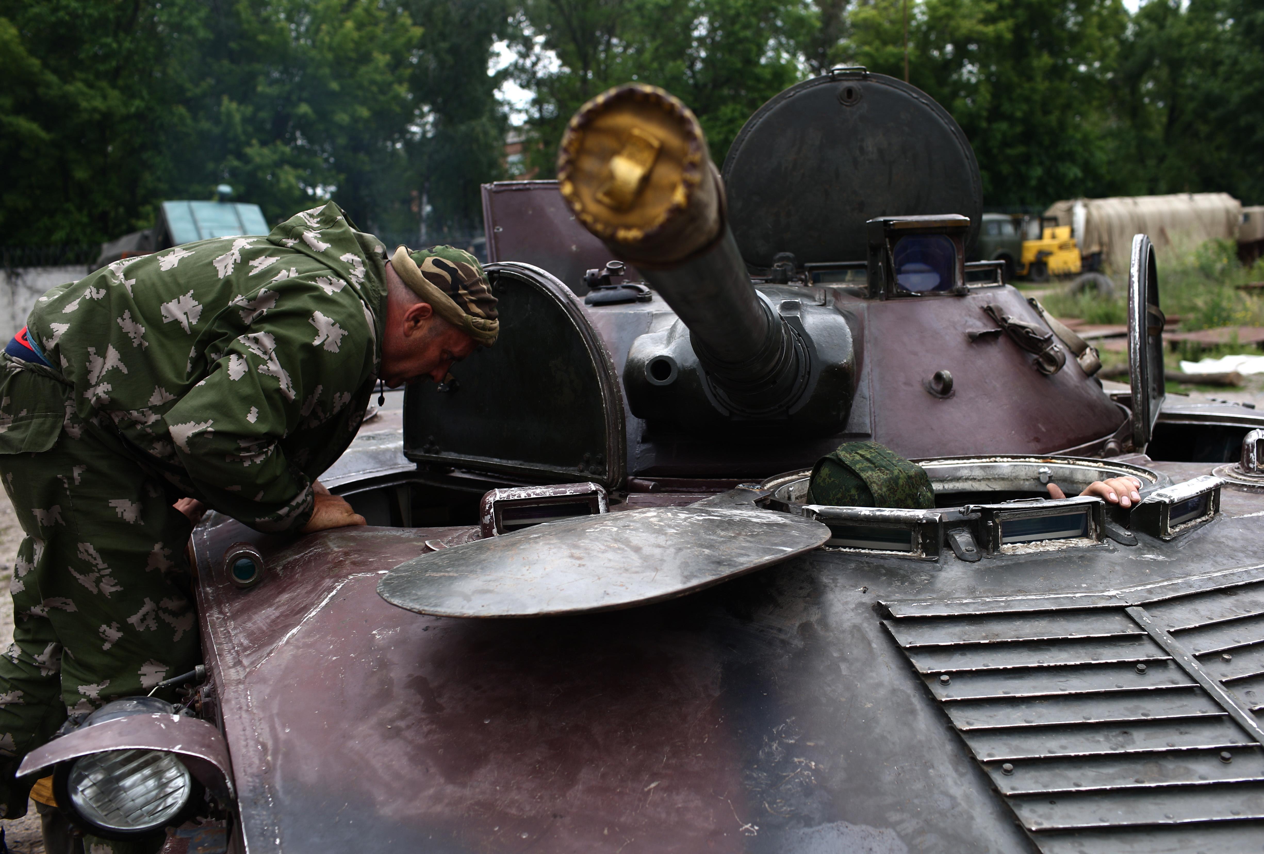 Отряд ополченцев на блокпосту в Луганской области