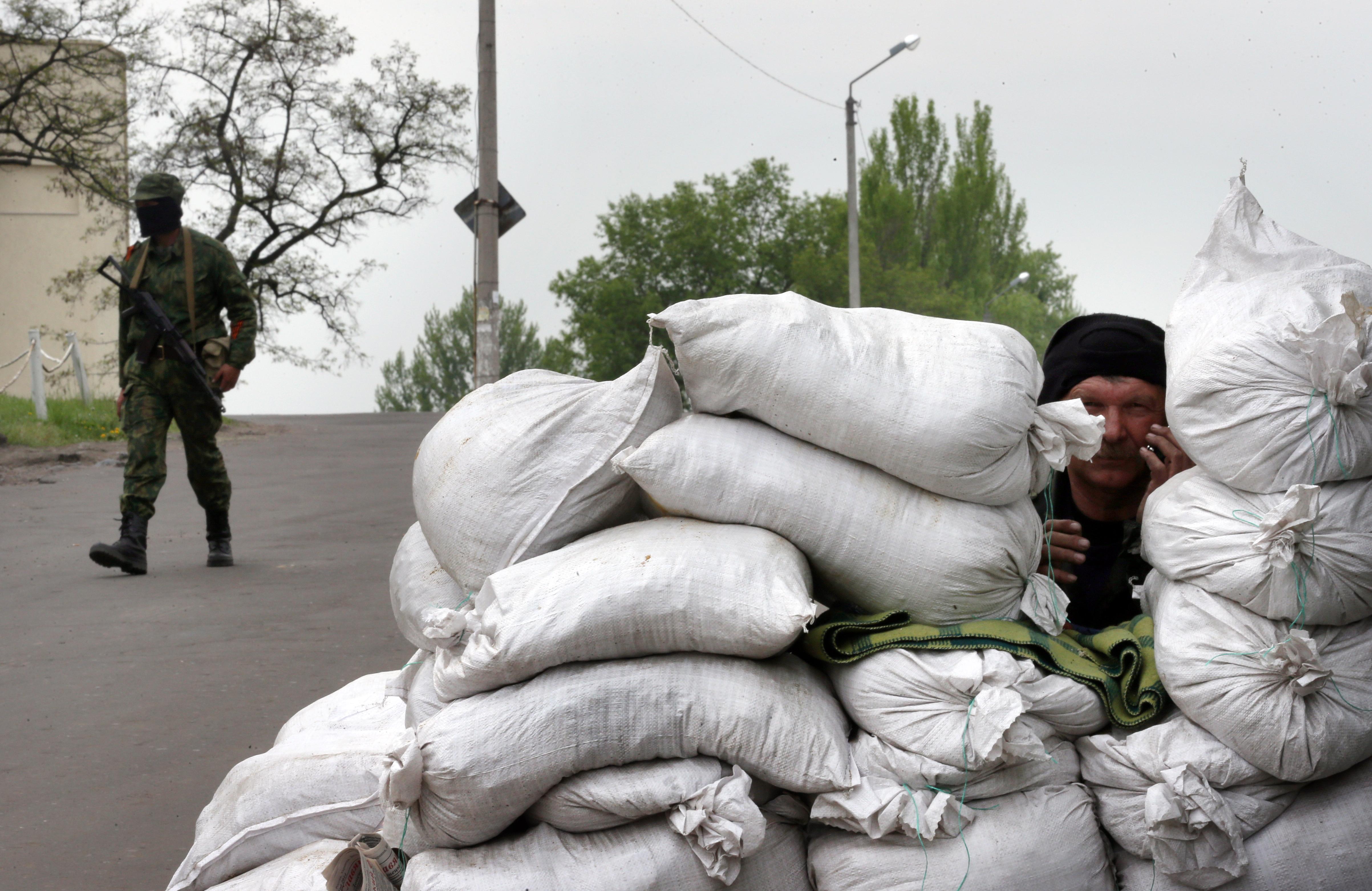 Народные ополченцы на одном из блокпостов под Славянском