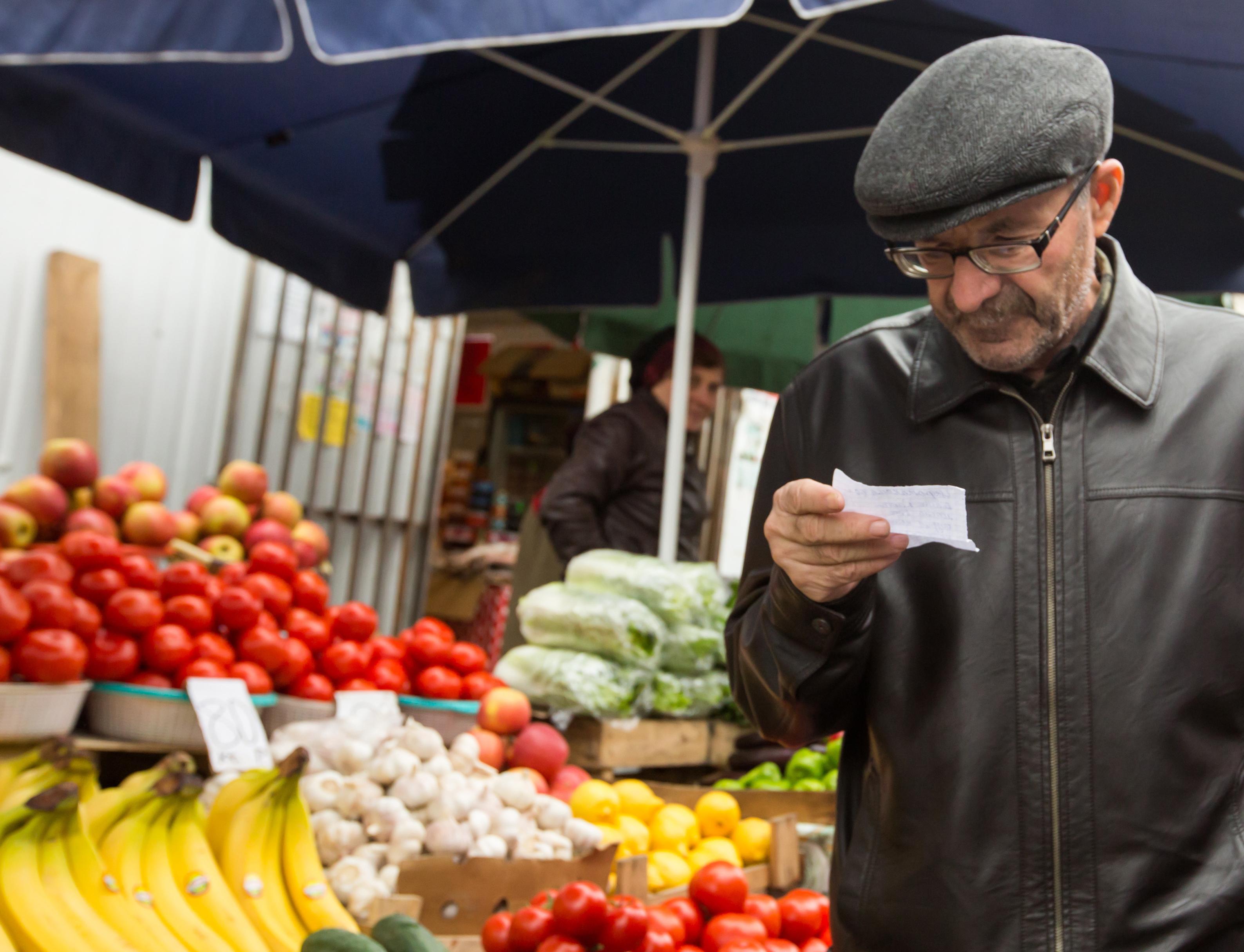 Покупатель на городском рынке