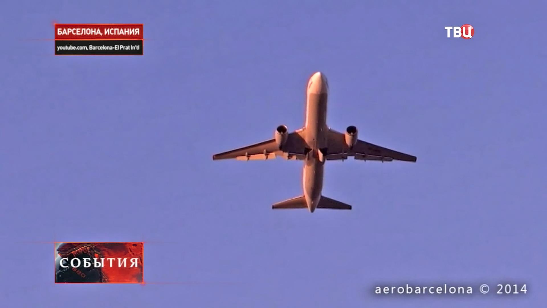 Самолет в небе Барселоны