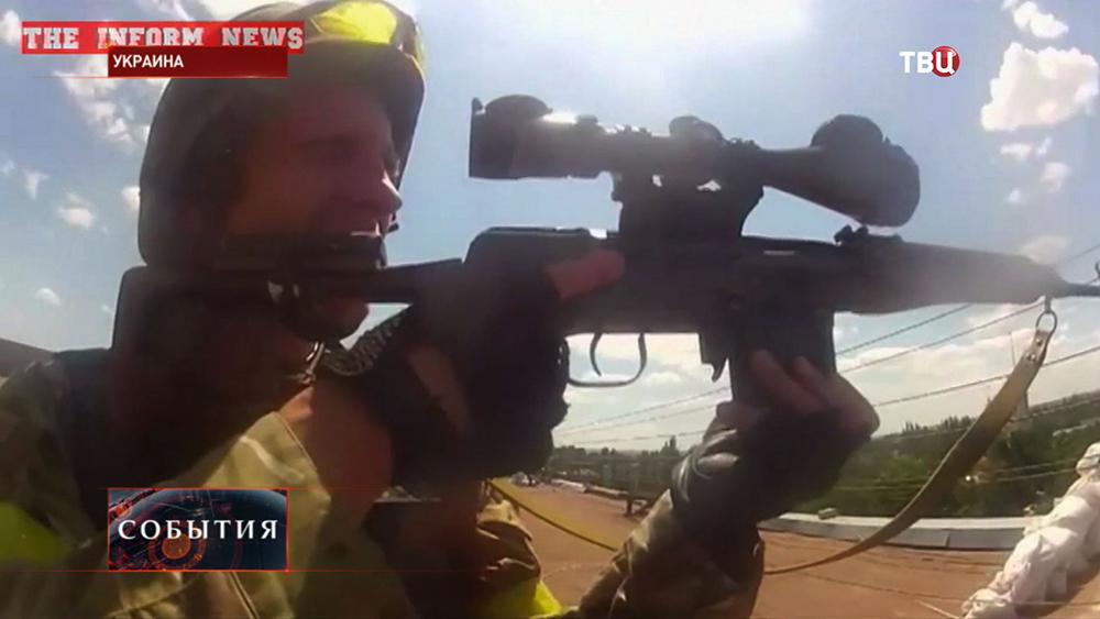 Украинский военный с оружием