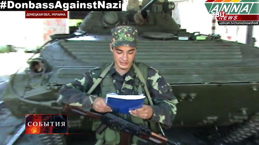 Новобранец приносит присягу на вступление в ряды народного ополчения ДНР