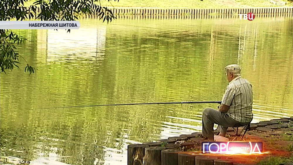 Рыбак на Черкизовском пруду