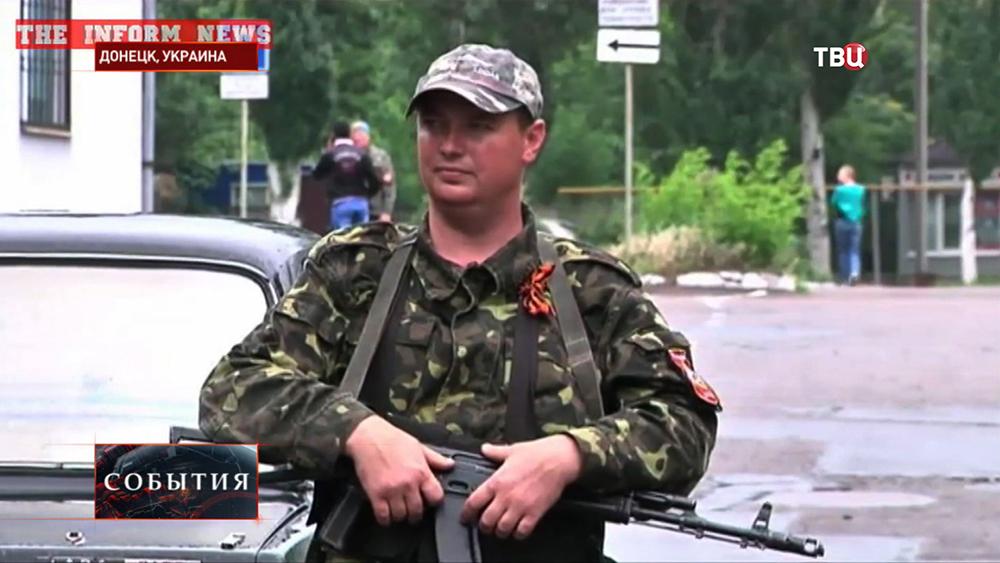 Народный ополченец на блокпосту в Донецке