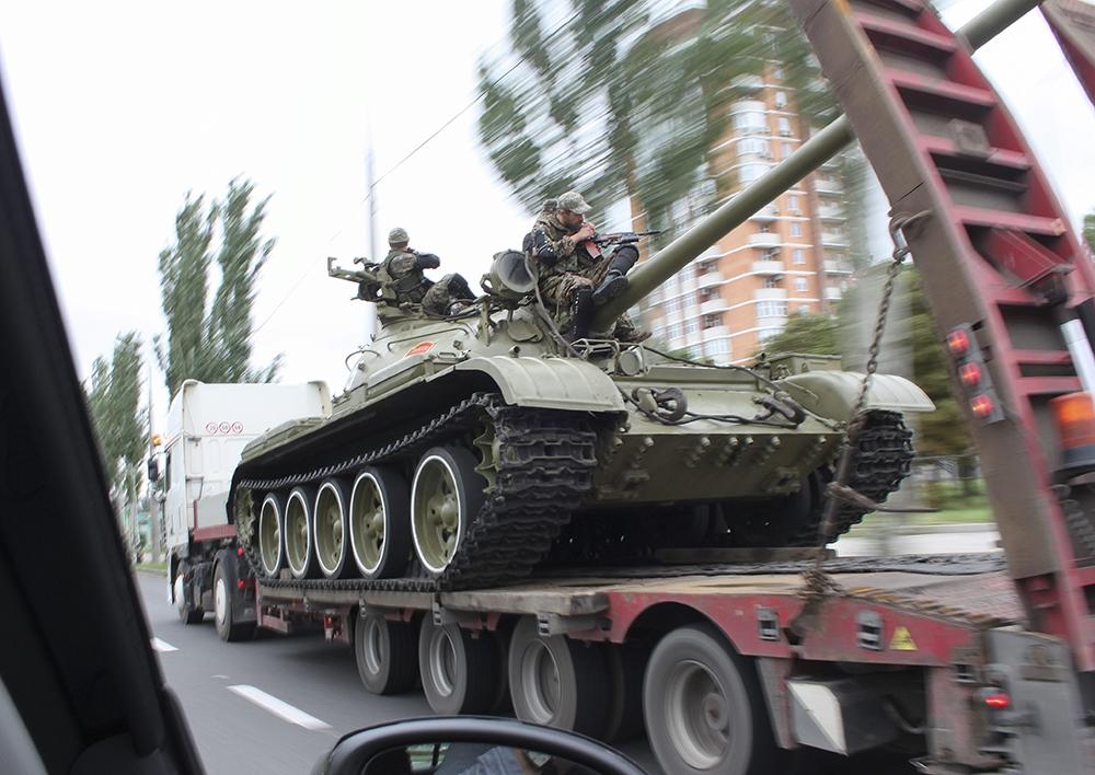 Ополченцы ДНР везут танк