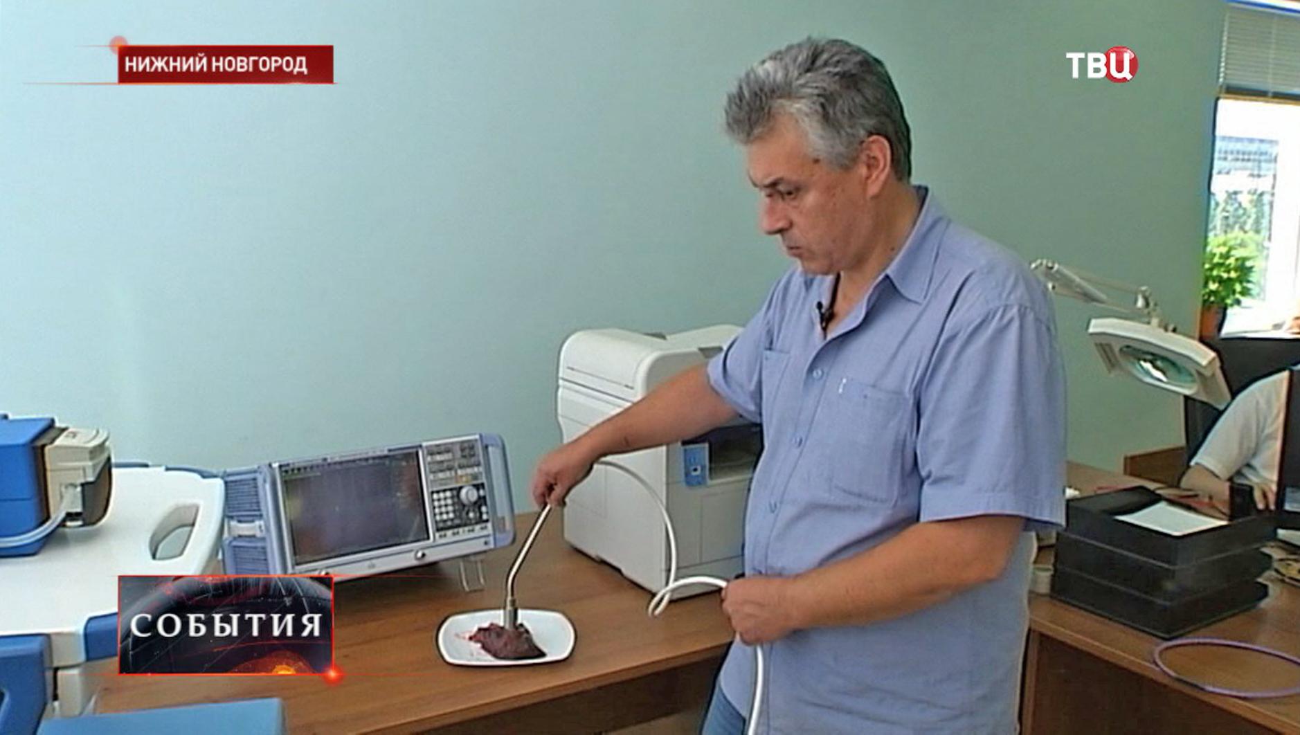 Врач демонстрирует новый многофункциональный комплекс для операций