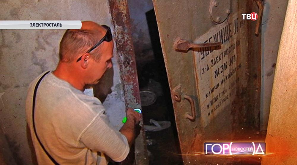 Жильцы осматривают вход в бомбоубежище