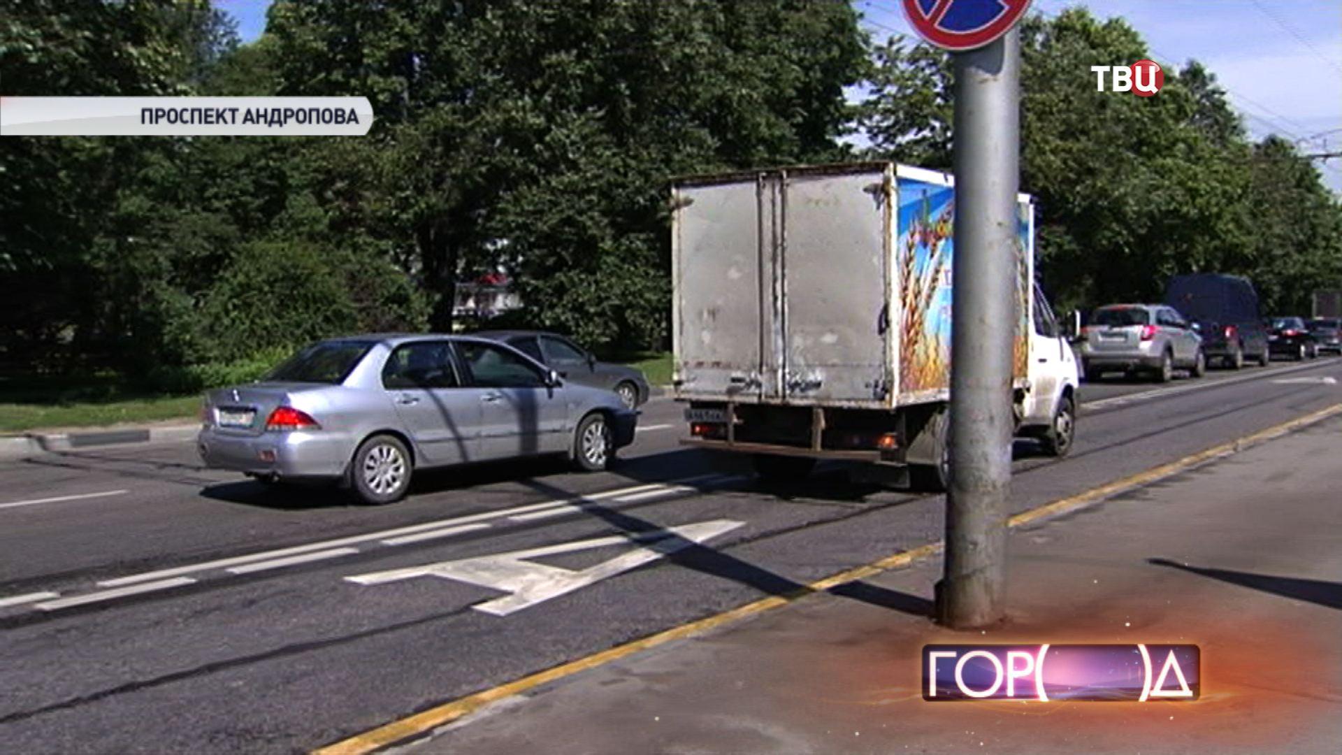 Машина едет по выделенной полосе для общественного транспорта