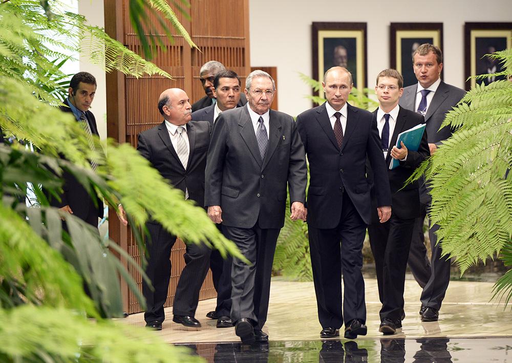 Президент России Владимир Путин и председатель Государственного совета и совета министров Республики Куба Рауль Кастро