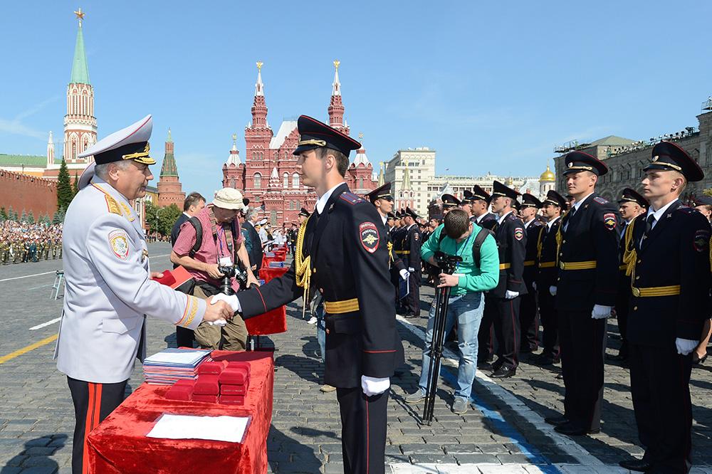 Министр внутренних дел Владимир Колокольцев поздравляет выпускников Московского университета МВД