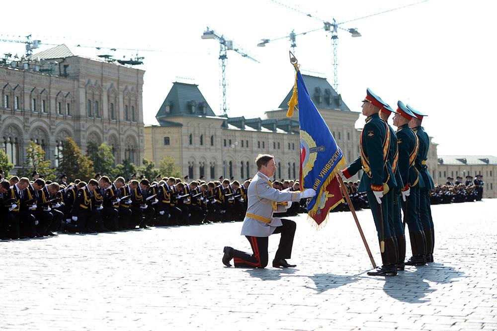 Вручение дипломов и нагрудных знаков выпускникам Университета МВД России