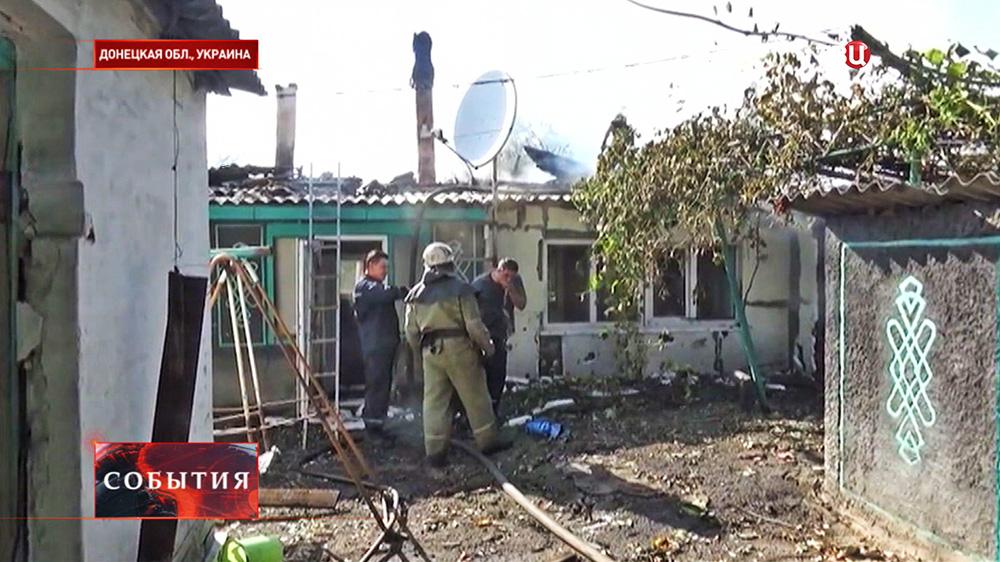 Пожарные на месте артобстрела в Донецкой области