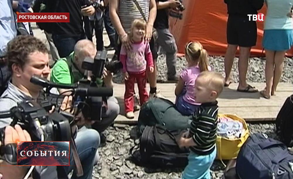 Иностранные журналисты в лагере беженцев с Украины в Ростовской области