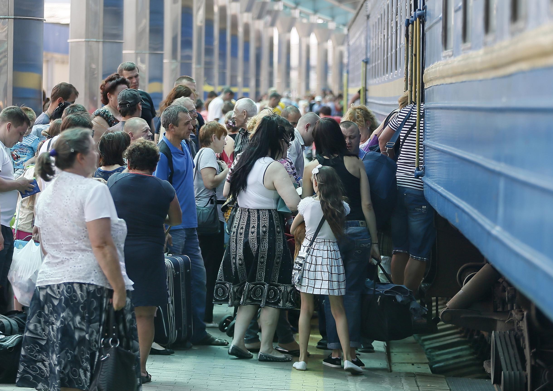 Пассажиры во время посадки на поезд на железнодорожном вокзале в Донецке