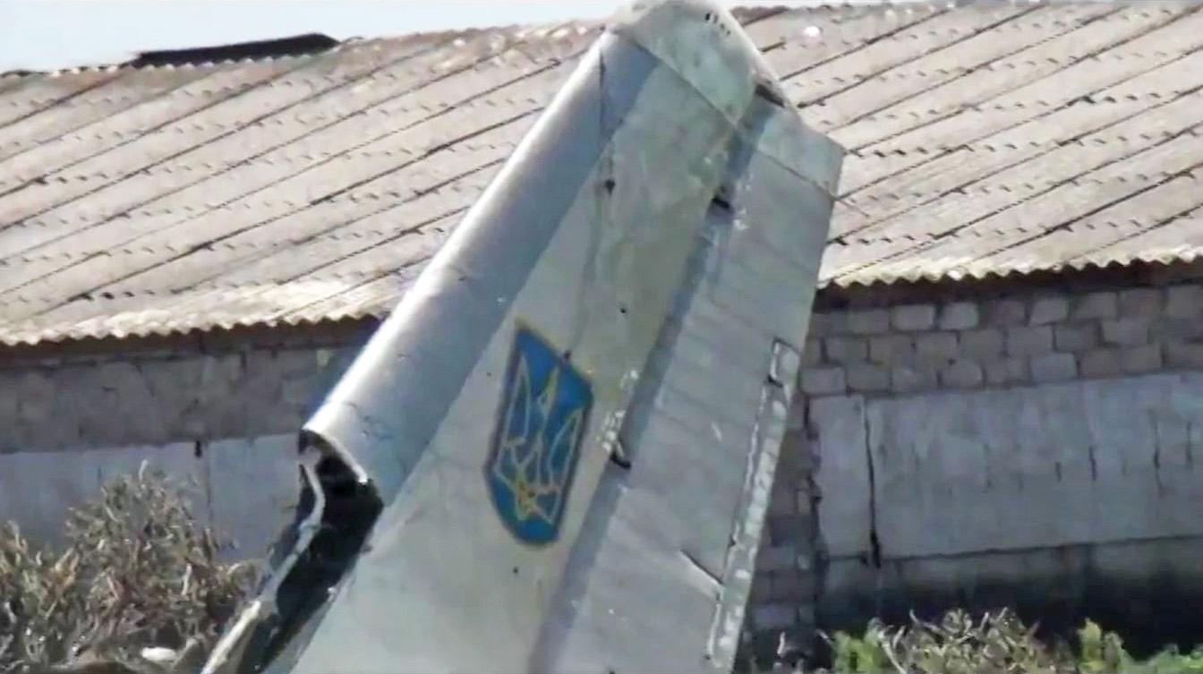 Обломки сбитого самолета Ан-26 ВВС Украины
