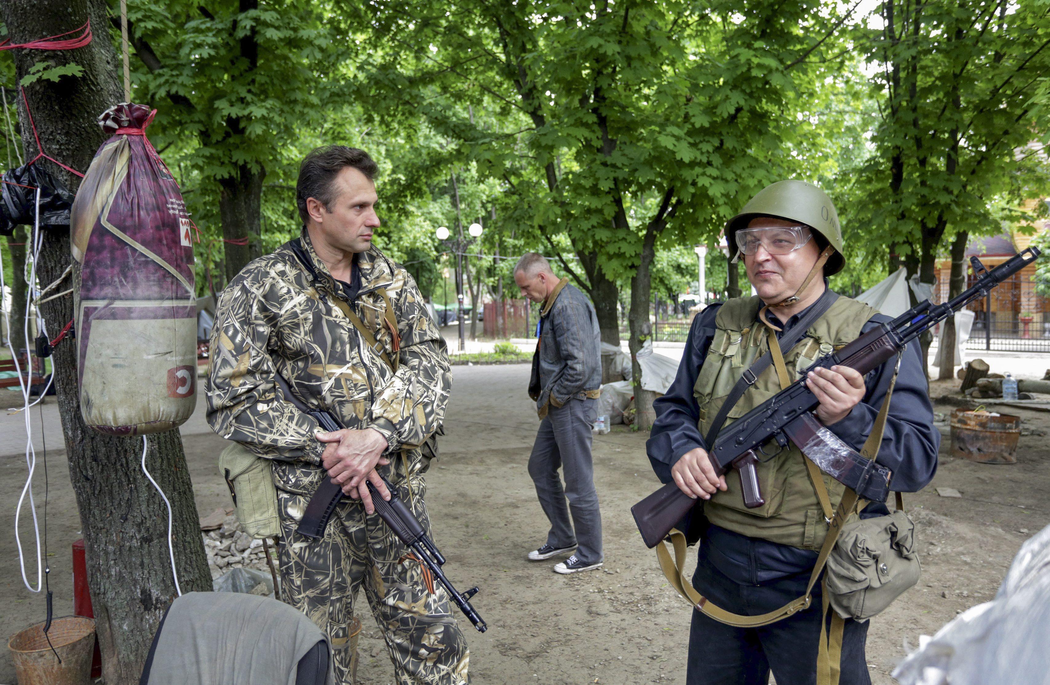 Бойцы народного ополчения на блокпосту в Луганске