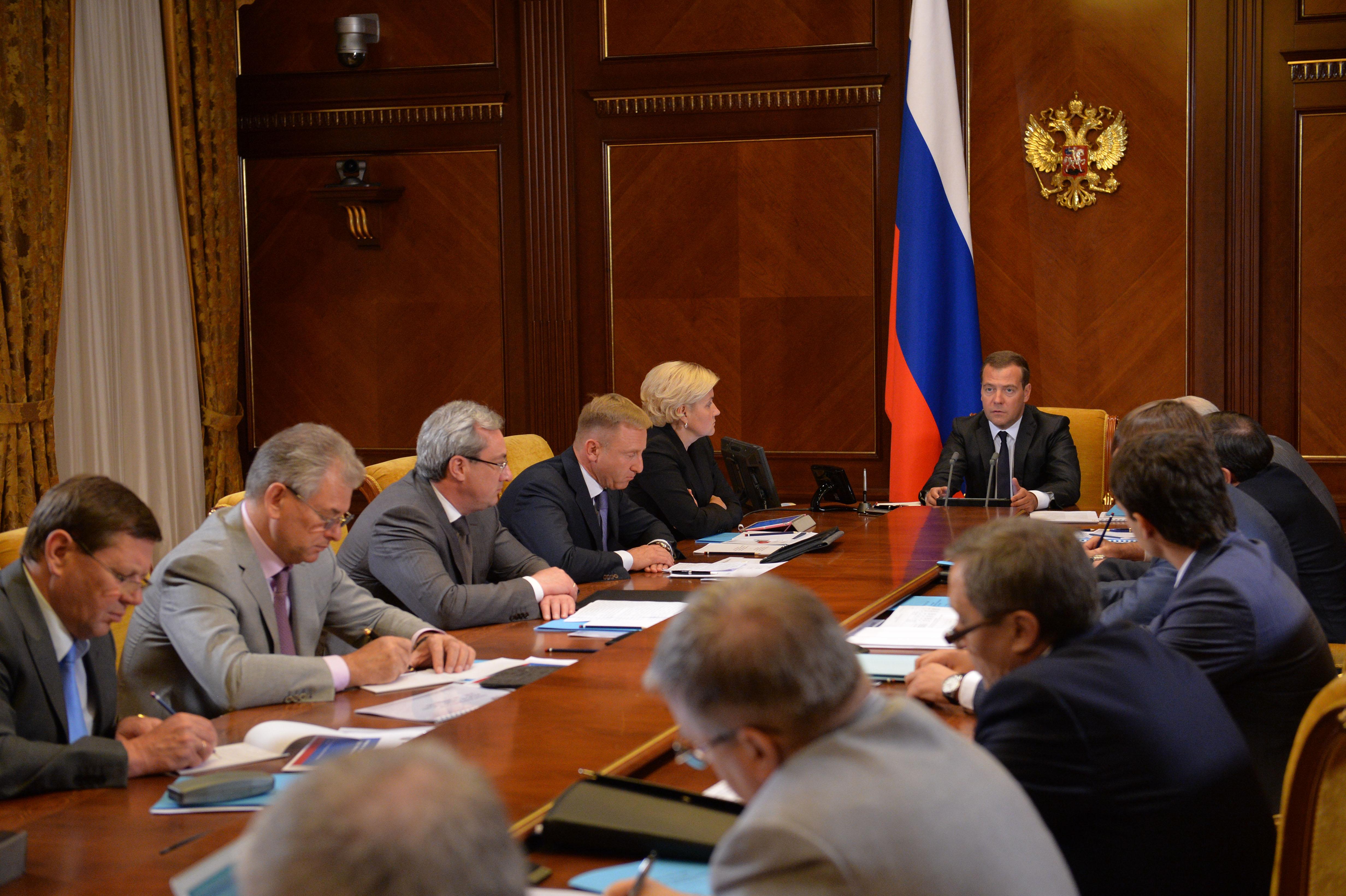 Премьер-министр России Дмитрий Медведев на совещании с членами правительства