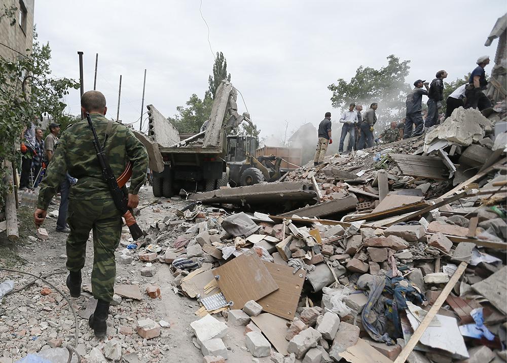 Последствия авиаудара в городе Снежное Донецкой области