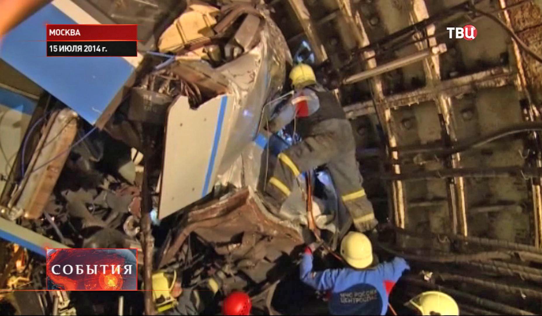 Сотрудники МЧС ведут разбор завала после крушения поезда в метро