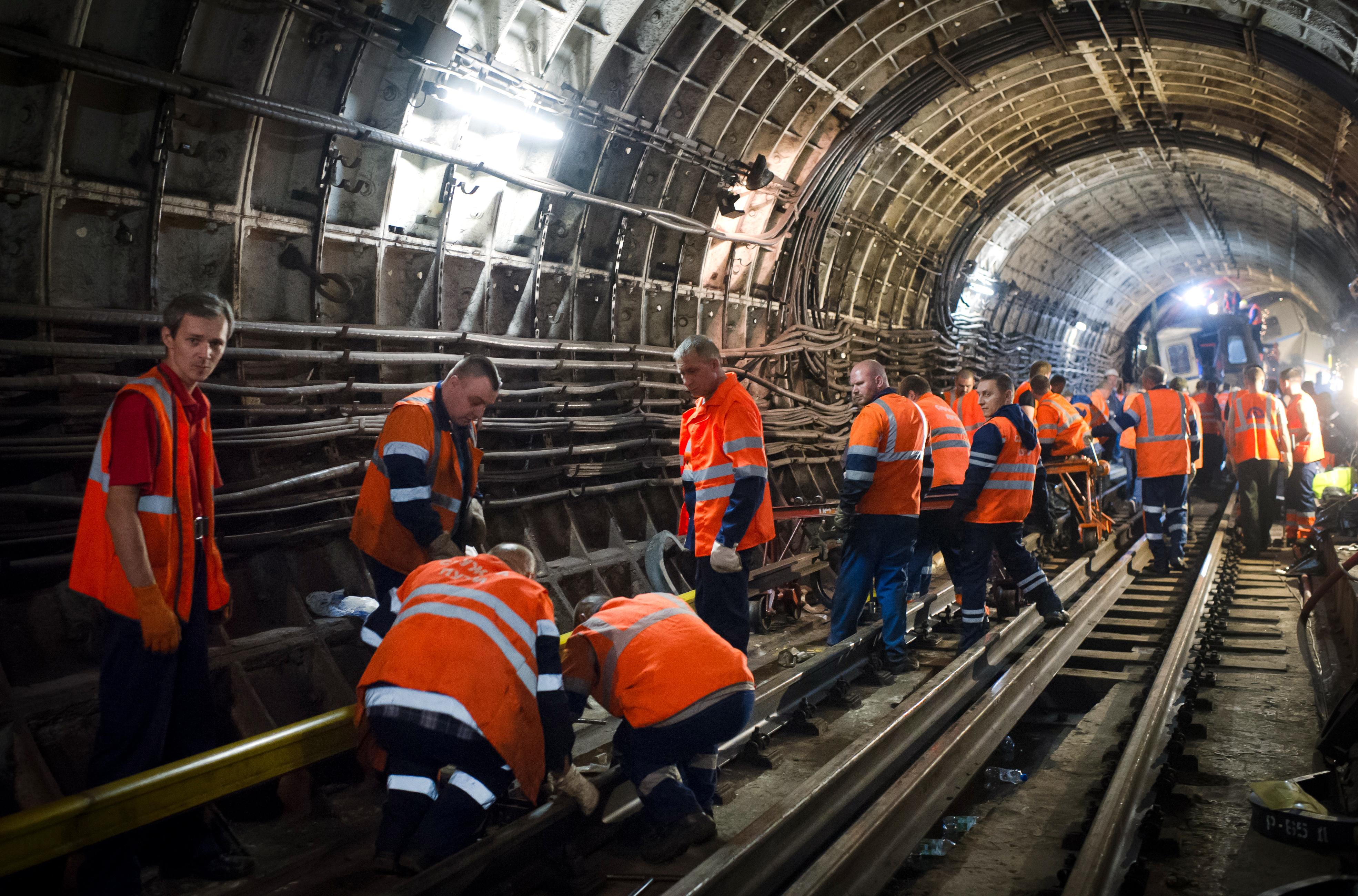 Восстановительные работы в тоннеле метро