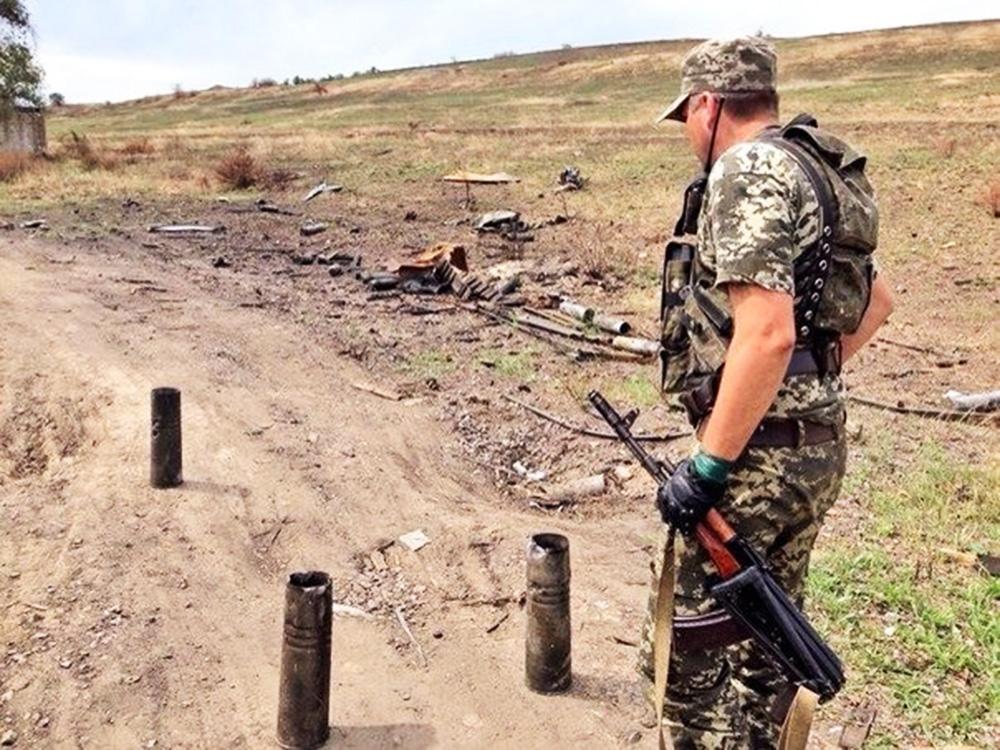 Народный ополченец на месте разрушенного блокпоста украинских силовиков
