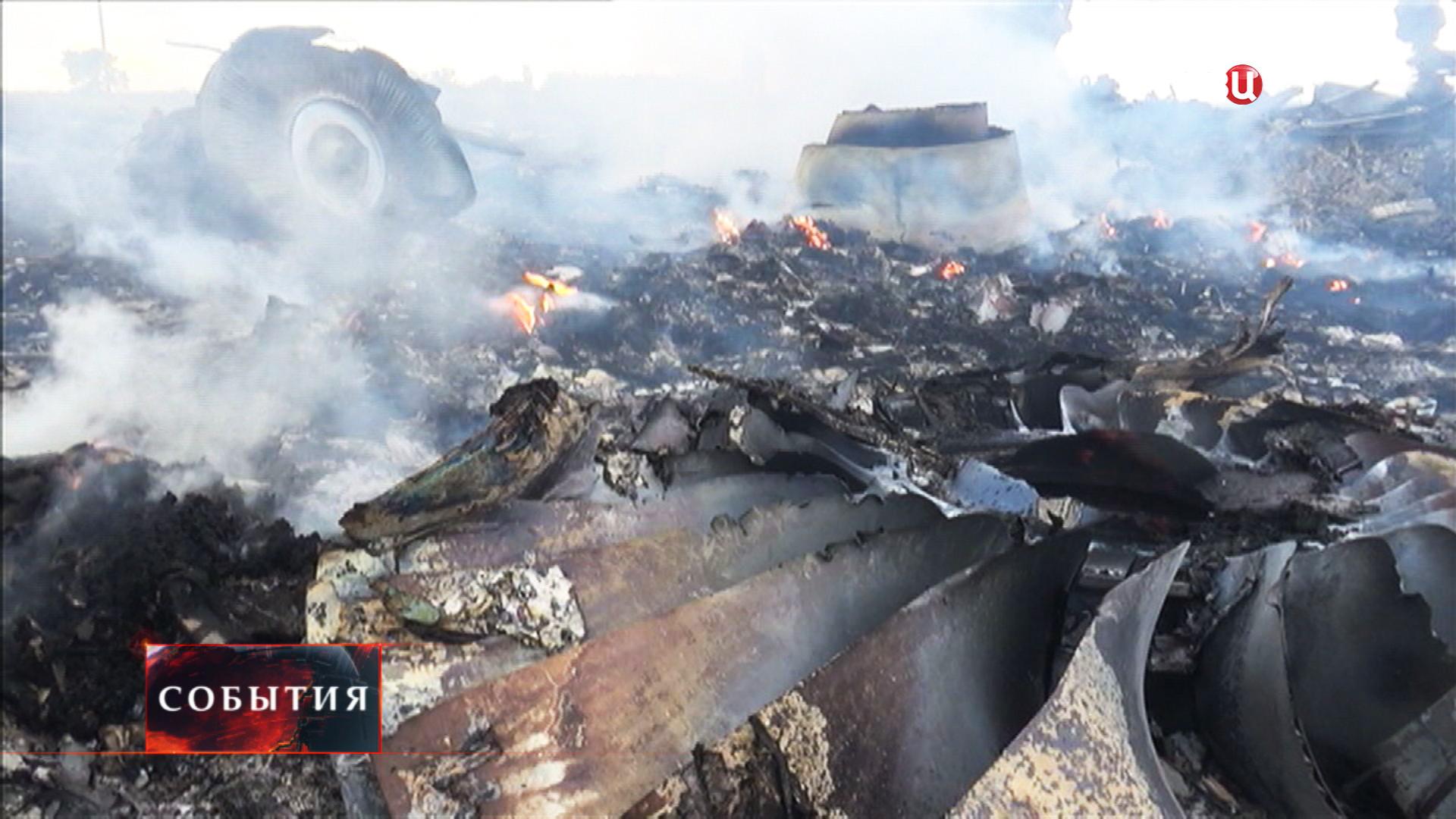 """На месте падения пассажирского самолета """"Малазийских авиалиний"""" Boeing 777"""