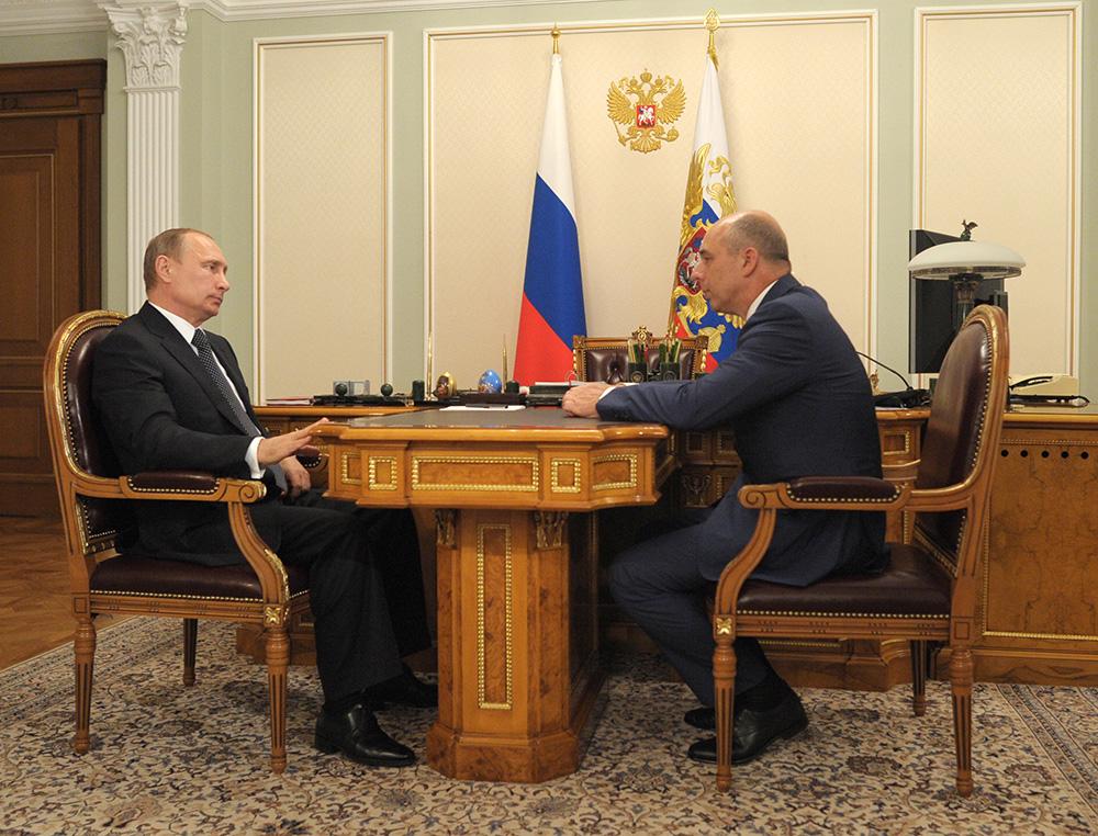 Президент России Владимир Путин и министр финансов России Антон Силуанов во время встречи