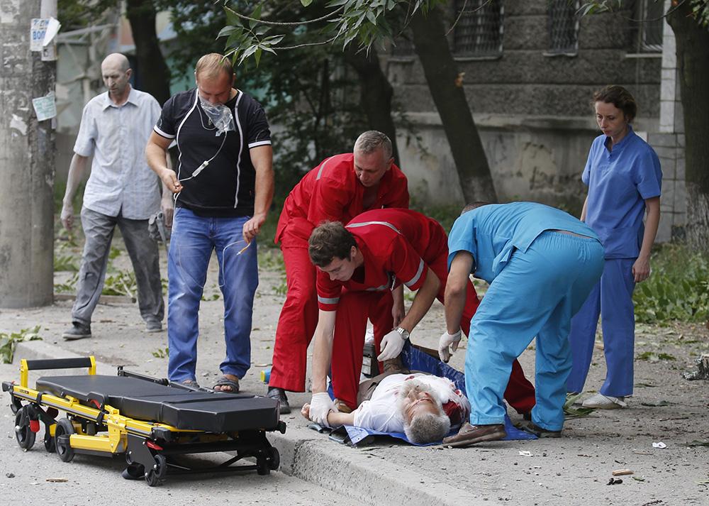 Пострадавший в результате артобстрела в одном из районов Луганска