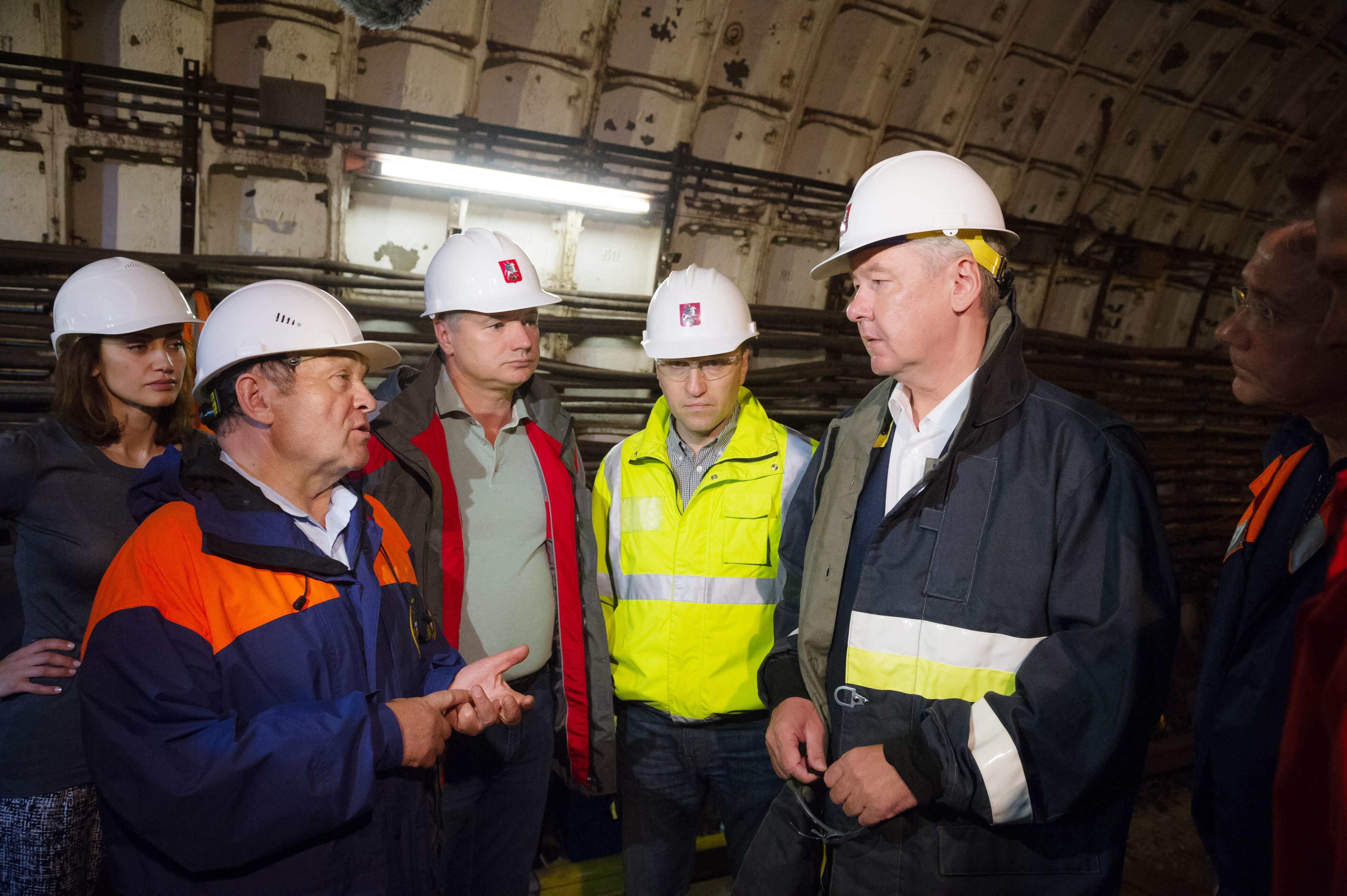 Сергей Собянин во время осмотра хода восстановительных работ  в метро