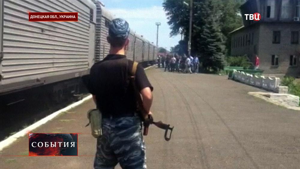 Народные ополченцы ДНР обеспечивают охрану наблюдателям ОБСЕ на месте падения пассажирского самолета Boeing 777