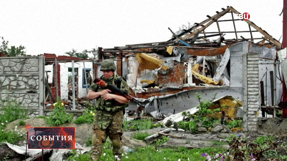 Украинские военные на месте бомбежки жилых кварталов