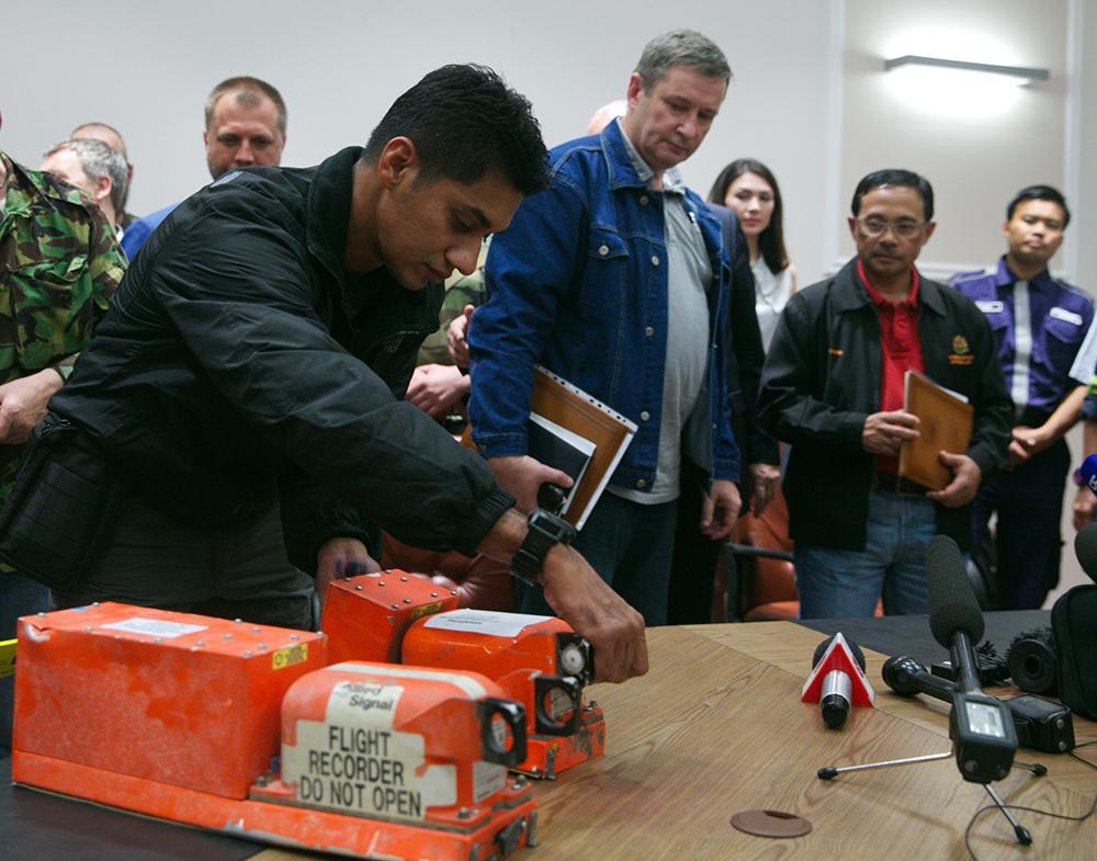 Ополченцы передали бортовые самописцы разбившегося Boeing 777 представителям Малайзии