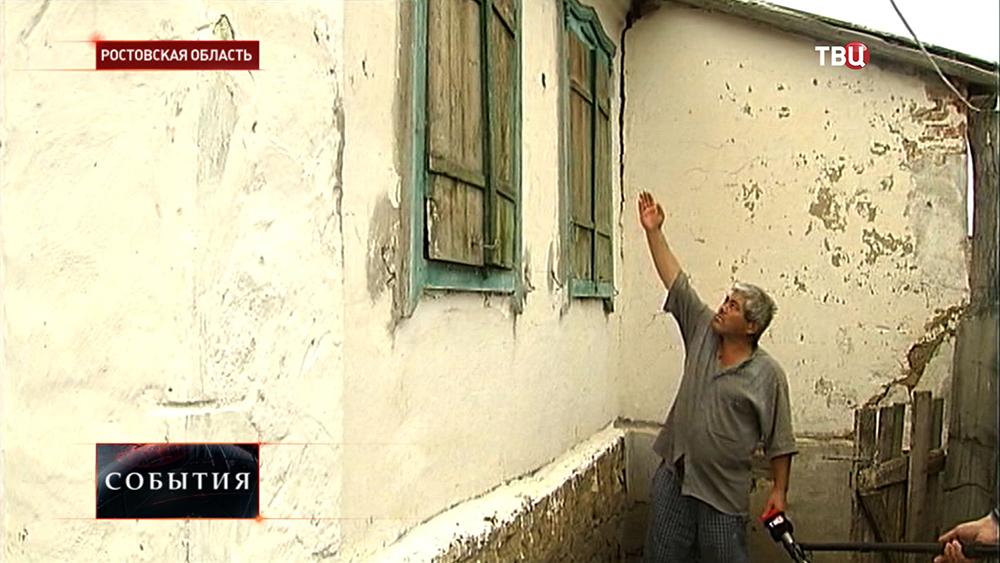Житель Ростовской области показывает результат обстрела с украинской территории
